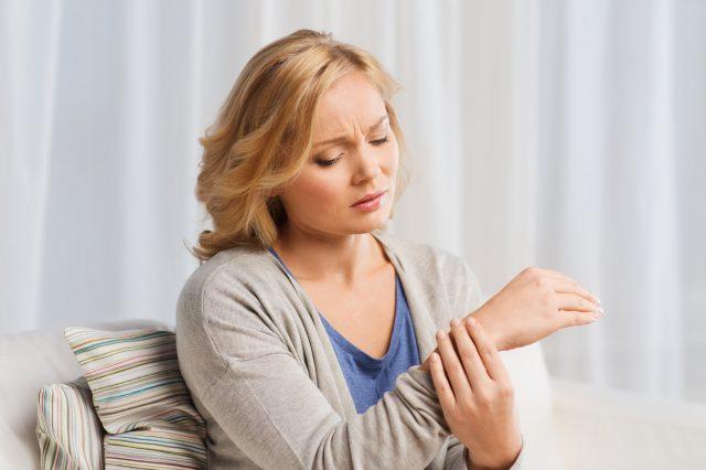 Tại sao phụ nữ dễ bị viêm xương khớp hơn đàn ông